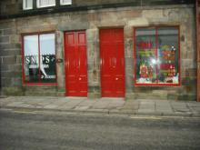 /campbeltown-thi-shopfront/snips-and-oops-daisy
